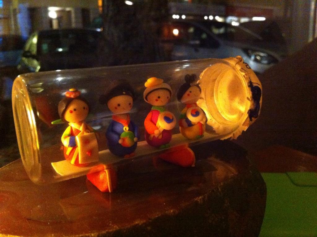 Tischdeko im Dabangg <3 Kleine Figuren aus Fimo, die ein koreanisches Hochzeitspaar und zwei Musiker zeigen.