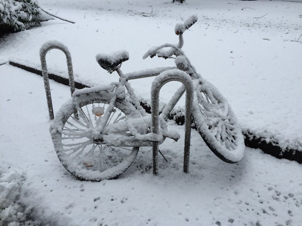 eingeschneites Fahrrad