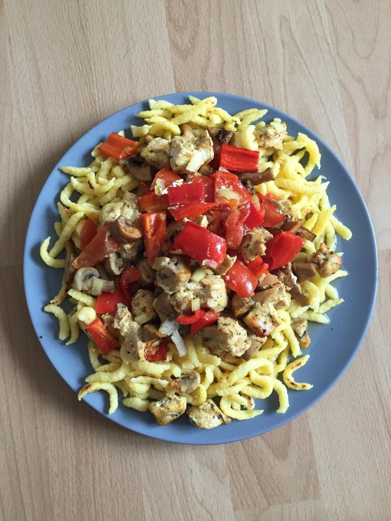Spätzle mit Puten-Paprika-Champignon-Geschnetzelten aus dem Backofen