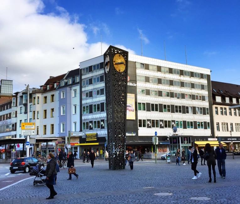 Jahnplatz Bielefeld mit der Alcinauhr.