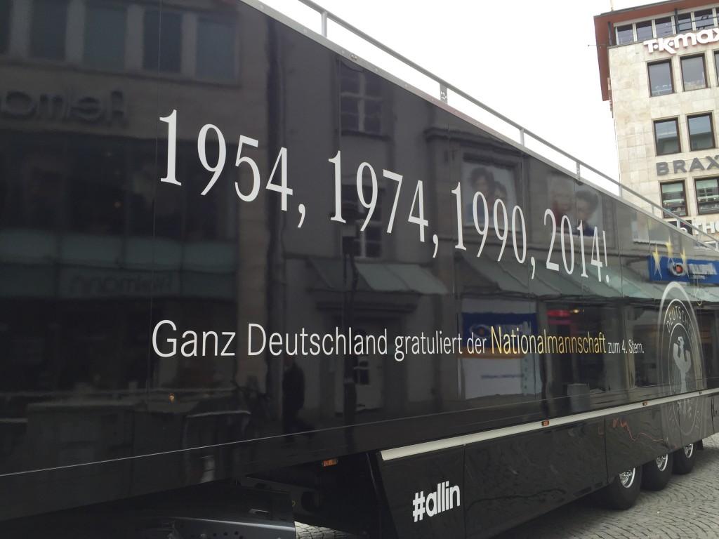 Truck von Mercedes Benz. Aufschrift: 1954, 1974, 1990, 2014! Ganz Deutschland gratuliert der Deutschen Nationalmannschaft zum vierten Stern!