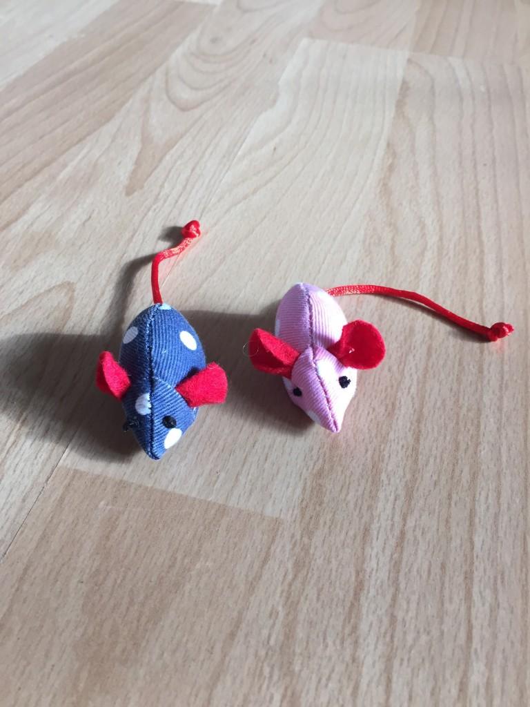 Spielmäuse in blau und rosa mit weißen Punkten und roten Ohren.