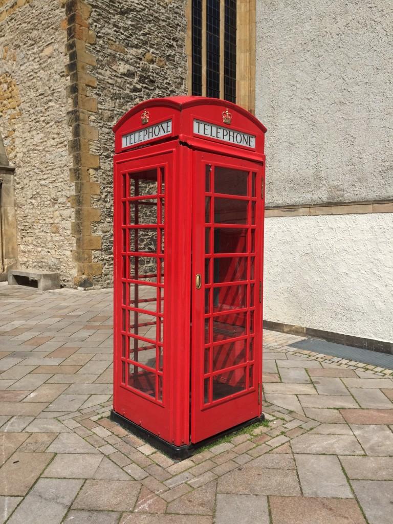 Rote Telefonzelle neben der Altstädter Nicolaikirche in Bielefeld.