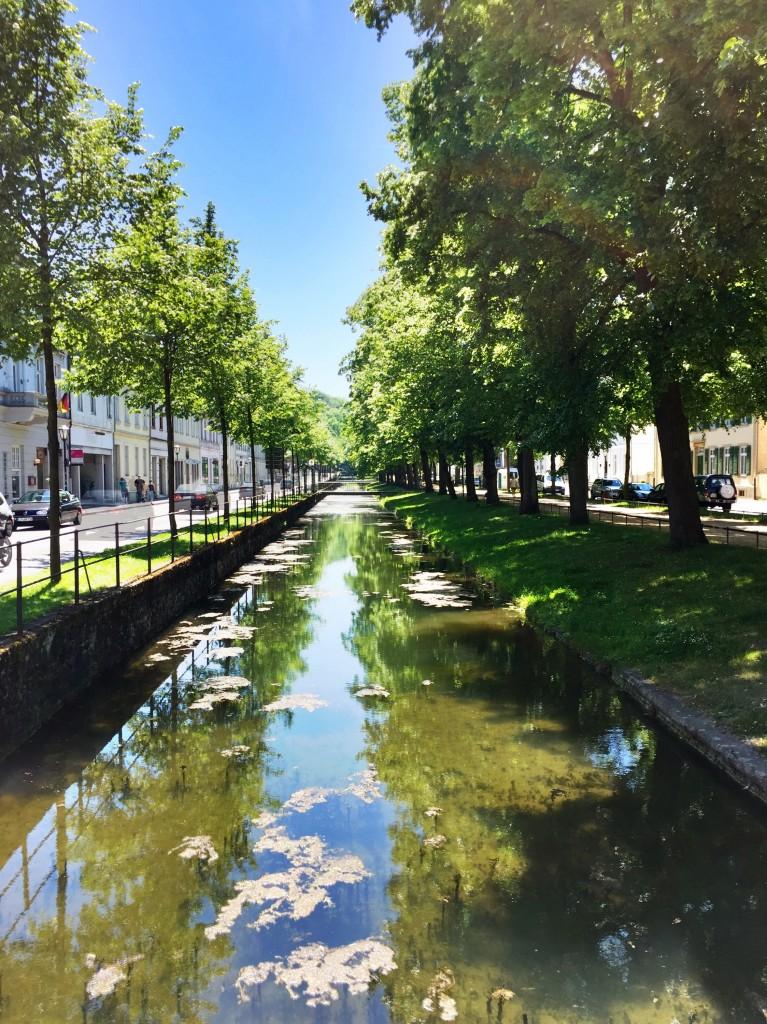 Kanal zwischen einer Allee in Detmold bei Sonnenschein.